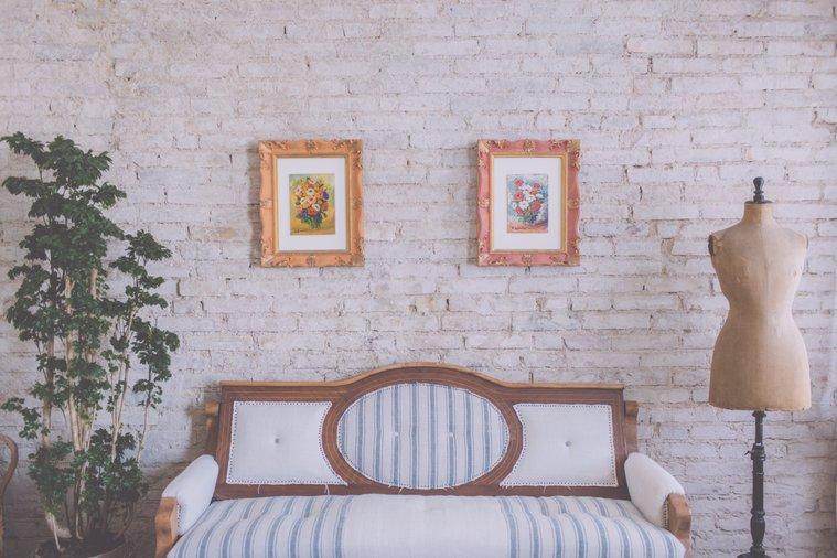 I Cucali | Bed & Breakfast Fronte mare | Divano con manichino
