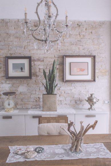 I Cucali | Bed & Breakfast Fronte mare | lampadario antico su tavolo colazione