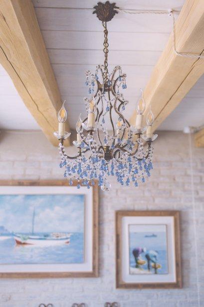 I Cucali | Bed & Breakfast Fronte mare | particolare lampadario e travi in legno