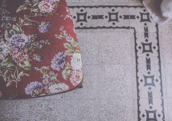 I Cucali | Bed & Breakfast | particolare sedia imbottita e pavimento